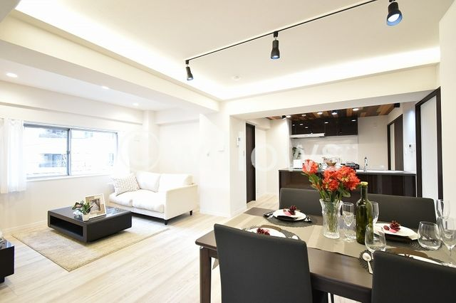 売主施工事例 ご家族揃って過ごすリビングには、足元から暖まる床暖房を設置。光溢れるリビングの景色は、どこを切り取っても抜けるような伸びやかさがございます。ご家族の団欒を育む素敵な空間となっております。