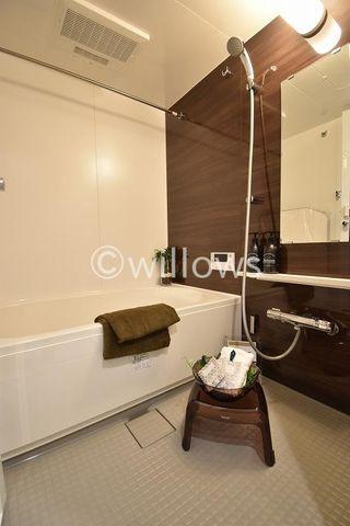 バスルーム 売主施工事例。 高級感溢れるデザインと大きさ。柔らかな曲線で構成された半身浴も楽しめるバスタブが心地よさをもたらします。もちろん追焚&浴室乾燥機能も完備。