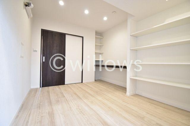 洋室 売主施工事例。 家族個々の安らぎの空間。プライベートなお部屋は暮らす方の感性で造り上げたいもの。誰もが好みで飾れるシンプルな室内に仕上げてあります。