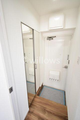 玄関はコンパクトながら収納が2つついております。大き目の鏡は忙しい朝の身だしなみチェックに大変役立ちます。