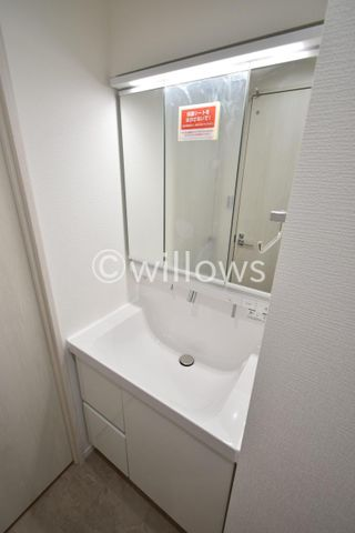 独立洗面台は人気の3面鏡タイプでございます。収納力もございます。