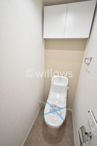 トイレの上部に収納があり、トイレットペーパー等収納して頂けます。ご自身でカーテンを取り付ける必要もございません。