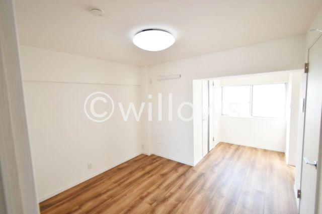 フローリングが特徴的でございますね。フローリングに合わせてお洒落なお部屋造りを想像してもてはいかがでしょうか?向かって左側が玄関、右側がキッチンでございます。