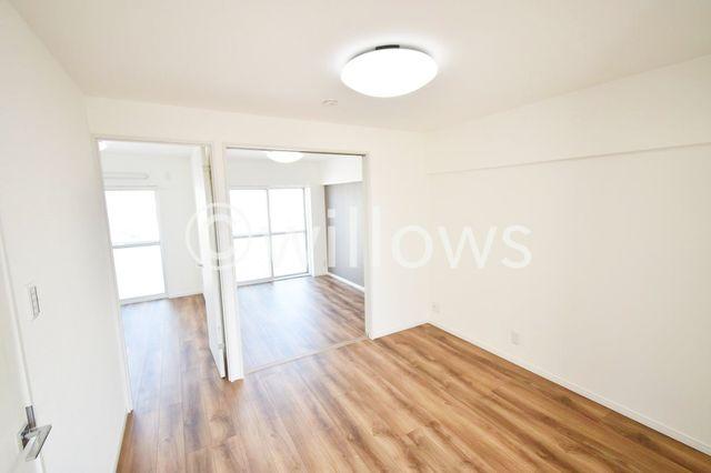 リビングからは廊下を挟まずに各洋室までつながっているため、廊下部分が一切なく約44平米ながら各部屋を最大限に広くお取りすることができております。