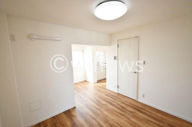 中央にみえている扉は水回りへの扉でございます。キッチンと水回りに独立性がございますね。