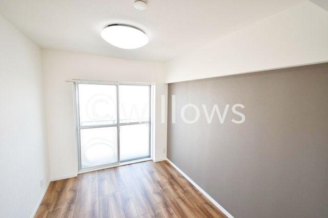 5.1帖の洋室をキッチン側から撮影しました。流行りのアクセントクロスがお部屋の印象をグレードアップしてくれています。