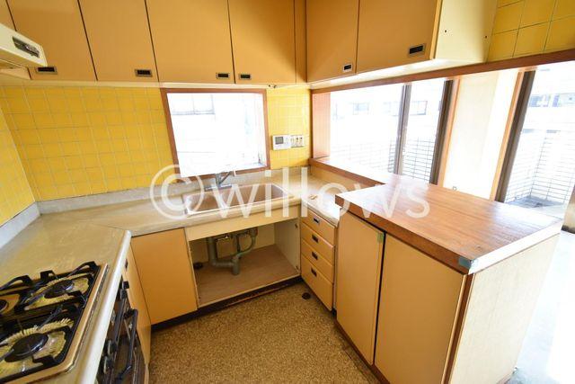 大き目のキッチンはお料理好きの方におすすめです。キッチンからはリビングの様子が見渡せます。
