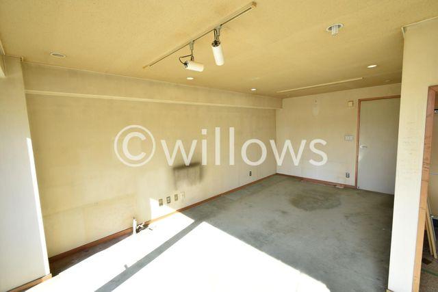 これからクロスを張替え、フローリングを敷いていきます。梁が少なく奇麗な室内はお部屋を平米以上に広く感じさせてくれます。