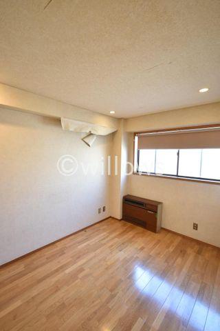 主照明がなくとも明るい室内です。ダブルベットを置いても生活同線を確保することができます。