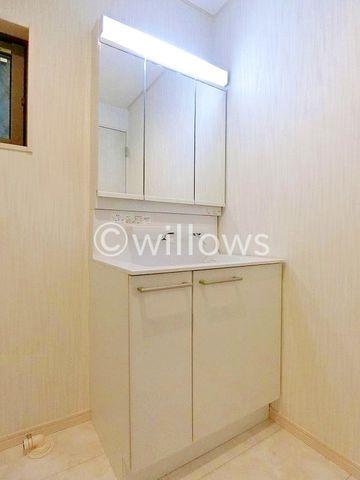 3面鏡も付いて機能的な洗面台です。