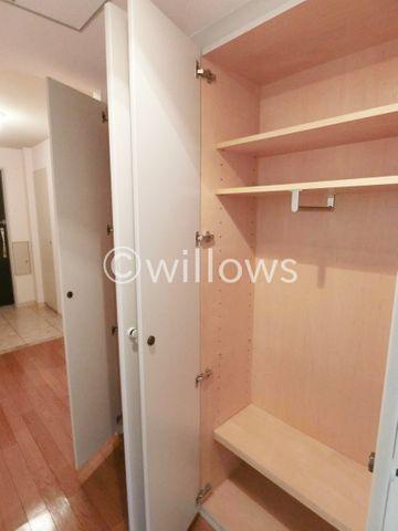 廊下の収納は、掃除用具やコート掛けなど様々な用途に利用できます。