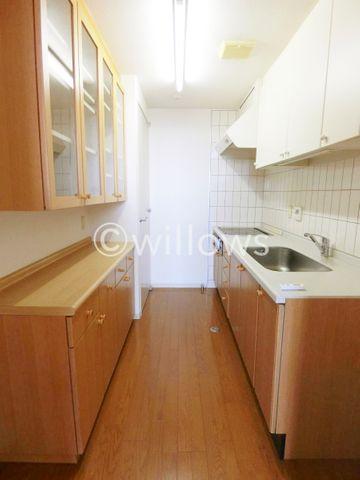 キッチン背面にも十分なスペースがあり、カップボードや食器棚を置いて頂けます。