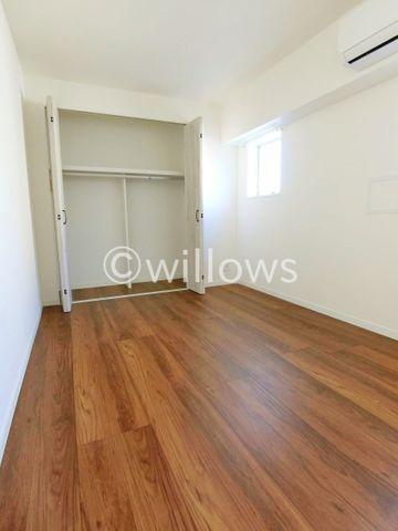 家族個々の安らぎの空間。プライベートなお部屋は暮らす方の感性で造り上げたいもの。誰もが好みで飾れるシンプルな室内に仕上げてあります。収納も多数完備です