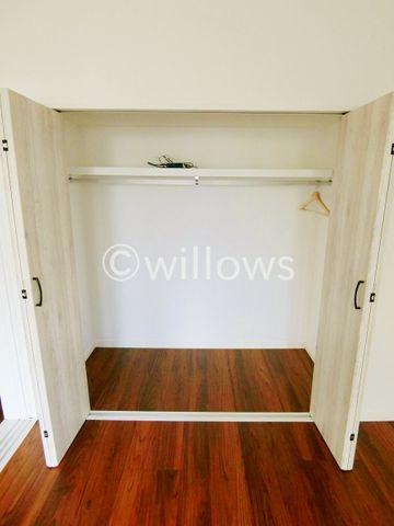 棚やハンガーパイプが付いた使いやすい設計。ワードローブをスッキリ収納。普段使わない季節用品やトランクなど、大きなものもラクラク収納できます。冬物と夏物で収納を分けることも出来そうですね!