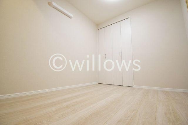 壁紙にはアクセントクロスを採用。この一面だけを、将来的に着せ替えのように変更も可能。お子様のお部屋、書斎、ゲストルーム等、汎用性の高いお部屋は、プライベートな時間を満喫できる個室として。