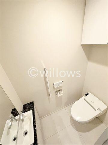 トイレには、当たり前のようにウォシュレットがついております。あえてシックな色合いの壁紙を採用。毎日使う場所だからこそ、細部までこだわり抜かれております。もちろんタンクレスです!