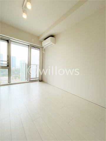 家族個々の安らぎの空間。プライベートなお部屋は暮らす方の感性で造り上げたいもの。誰もが好みで飾れるシンプルな室内に仕上げてあります。収納も多数完備です。