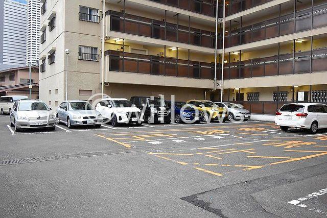 断然便利な平置き駐車場。お問い合わせ時にお車の車種をご教示下さい。空き状況をすぐにお調べします。