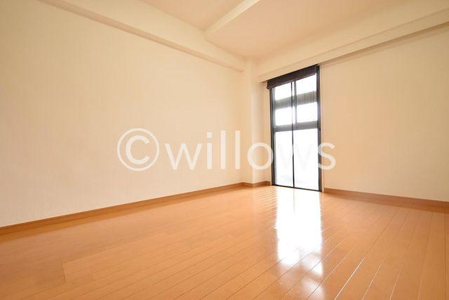 6帖の洋室。形の良い使いやすい間取りとなっております。大きなベッドも設置可能です。