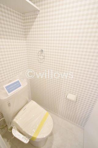 いつまでも清潔な空間であってほしい水回りは、目に留まるだけではなく、汚れをふき取り易いフロアと壁紙に。清潔感のあるチェックのクロスで小さなお部屋でも工夫次第で素敵な空間に。