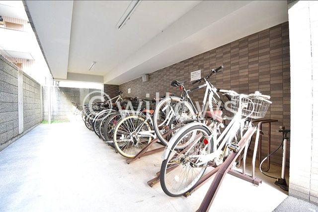 きれいに整頓された駐輪場ですね。屋内にしまっておけるので、雨や風に当たることもありません。