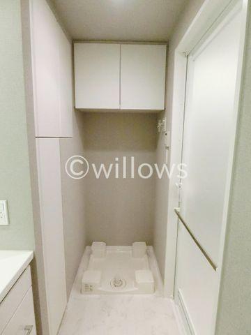 洗濯防水パンは家事動線を考えて洗面所に。上部には吊戸棚を設けてすっきりご利用可能でございます。清潔感のある色合いがgood。