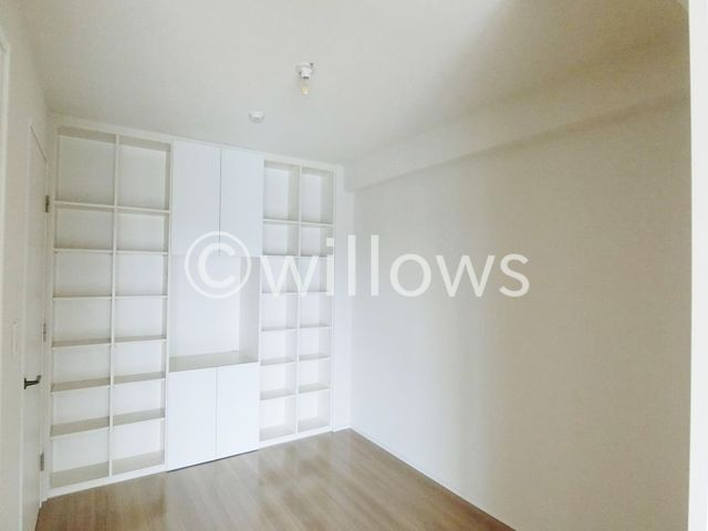4.5畳の洋室は、扉を開放してリビングとしてもご利用可能。壁一面が収納になっておりますので、室内をすっきりご利用頂けます。