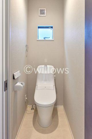 狭い空間のトイレにもこだわりが詰まっております。汚れを落としやすいクロスと、通風を確保した採光、収納スペースの備え付け棚など、使いやすさを追求したつくりです。