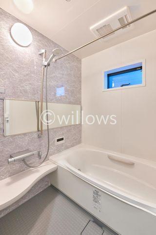お風呂には現在まだ資材の残置物がございます。(4月8日現在)一日の疲れを癒してくれるバスルームは素敵な空間であってほしいものです。