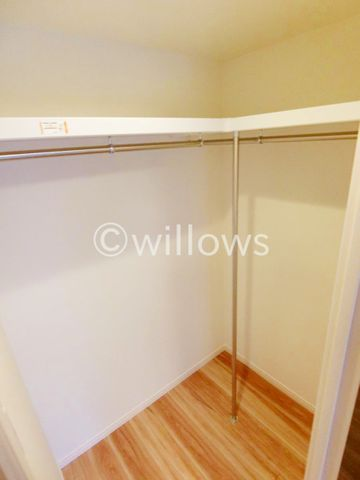 ウォークインCLは、ご夫婦の共有CLでも使えそうな大きさ。収納を差し引いても尚、大きなベッドを収納できるベッドルームになります。窓も取れているので、風通しも良好です。