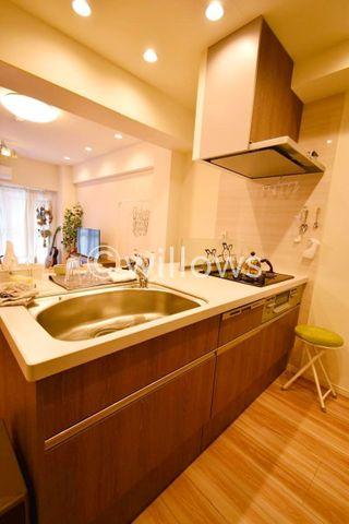 キッチンは人気のリクシル製を採用。近年最も支持されているのは、リビングが見渡せるオープン型の対面式キッチンです。食洗機も完備されております。