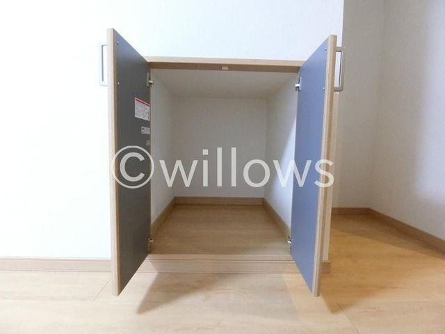 階段下を利用した無駄のない収納スペース。掃除機置き場やパントリーなど、様々な用途でお使い頂けます。