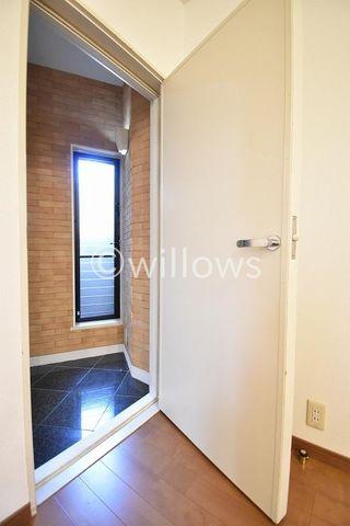 防音室のドアは外に音が逃げぬよう、重厚感がある物になっています。