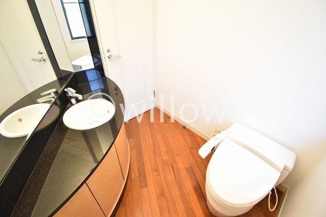 通常より広めのトイレはタンクレスタイプを採用し、手洗い場を設けました。洗面下に収納をしっかりと確保しておりますのでトイレ用品の収納が可能です。お掃除もしやすく、より快適な空間を享受できます。
