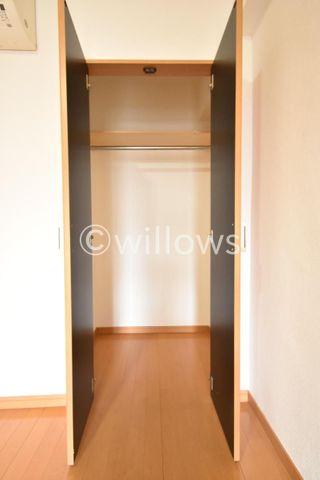 寝室の収納スペース。奥行もあり使いやすくなっております。