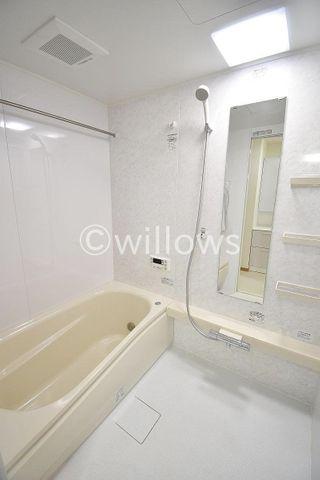 ホテルへ宿泊しに来たような充実設備が整っている浴室。心身ともに癒されつつ、プライベートなひとときを送ることができるでしょう。保温効果の高い浴槽なので、家計にも嬉しいですね。