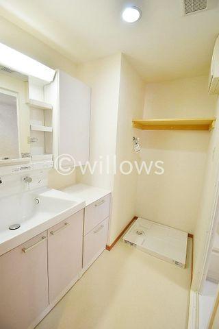 広々とした洗面所は生活の動線を考慮した使いやすい配置。白を基調とした清潔感のある空間です。