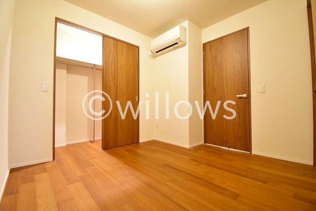 約5.1帖の洋室。収納有り&部屋の形がきれい 居室にはクローゼットを完備し、自由度の高い家具の配置が叶うシンプルな空間です。