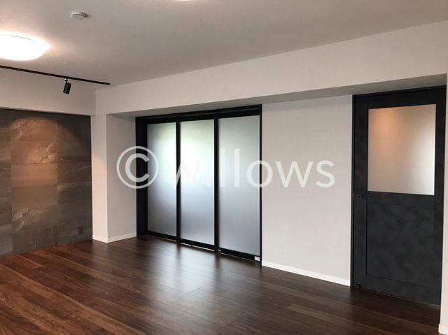 収納も兼ね備えた5畳洋室です。全室に収納と窓があるのは、マンションでは珍しいですね。明るい雰囲気の洋室になります。