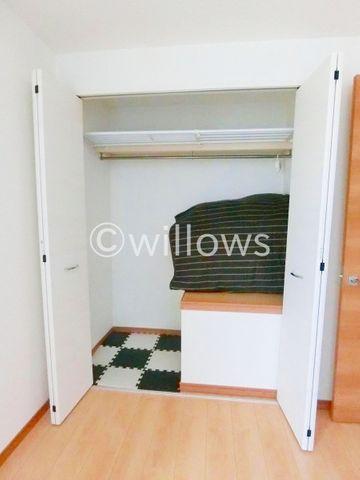 奥行きのあるクローゼットはたっぷり収納できるので、寝室の収納としてはぴったりですね。お洋服をたくさんお持ちの方にも安心です。