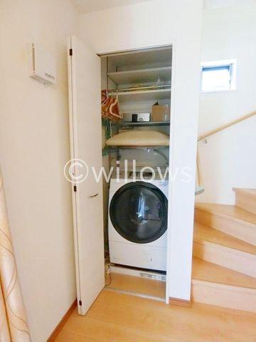 洗濯機置き場は扉付きなので、騒音でご家族の会話を邪魔することがありません。2階に設置されているため、バルコニーにすぐ干せるのも嬉しいですね!