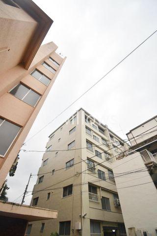 発展を続ける西早稲田エリアに佇むヴィンテージマンション。彩りある暮らしが享受できる立地。歴史あるコミュニティのなかで、安心の生活を送って頂けます。