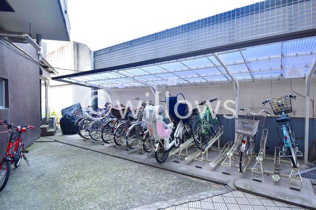 自転車は必需品という方も多くいらっしゃいます。見るとお子様を乗せる自転車も多く、このマンションコミュニティの雰囲気を教えてくれます