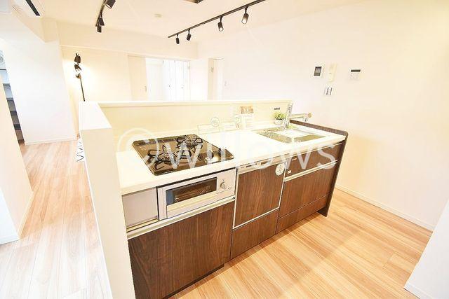 キッチンは人気のリクシル社製を採用。近年最も支持されているのは、リビングが見渡せるオープン型の対面式キッチンです。(食洗機完備!)