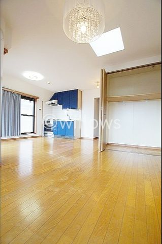 ルーフバルコニーに面しており、陽当たり良好です。リノベーションにより壁紙、床も生まれ変わり、更に明るい空間になっております。