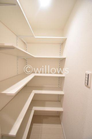 家庭にひとつあるとうれしい大型収納。ゴルフバッグ、掃除機等かさばるものを収納するのにとても便利です。可動式の棚になっているので、本棚としても利用できます。