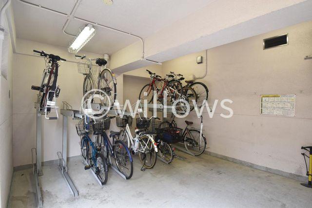 自転車は必需品という方も多くいらっしゃいます。見るとお子様を乗せる自転車も多く、このマンションコミュニティの雰囲気を教えてくれます。月額500円、空き状況もすぐにお調べします。