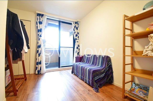 日照に恵まれたお部屋は、柔らかい自然光で快適な朝の目覚めを。機能的な収納が配置され、スッキリと片付いた快適空間が実現出来そうです。