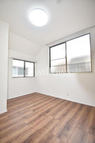 居室は天井高もしっかり確保出来ており、開放的な雰囲気です。リフォーム完成致しましたので、大変きれいになっております。