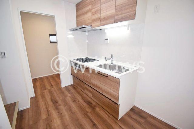 こちらはリビングのお写真です。室内リフォーム完了致しました。きれいなキッチンで快適にお暮し頂けるかと思います。